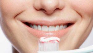 membersihkan gigi