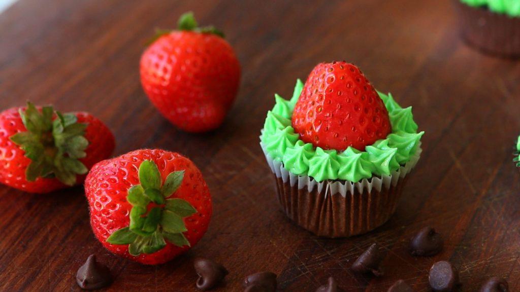 strawberry chrismast cup cake
