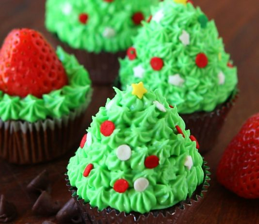 strawberry chrismast cup cake